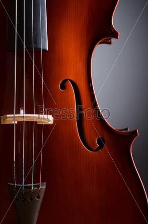 Скрипка на темном фоне