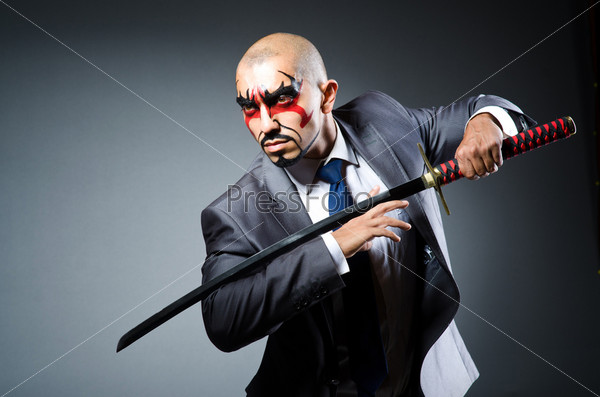 Фотография на тему Мужчина с раскрашенным лицом и мечом