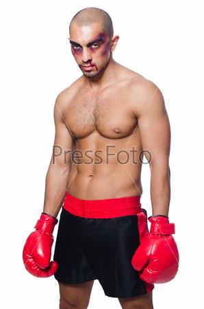 Сильно избитый боксер, изолированный на белом фоне