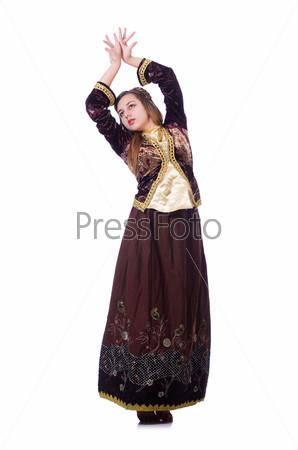 Молодая женщина танцует традиционный азербайджанский танец