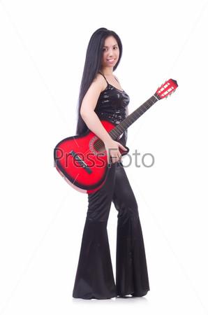 Женщина с гитарой, изолированная на белом