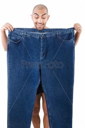 Мужчина большими брюками в концепции диеты