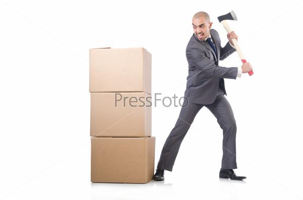 Бизнесмен с коробкой, изолированный на белом