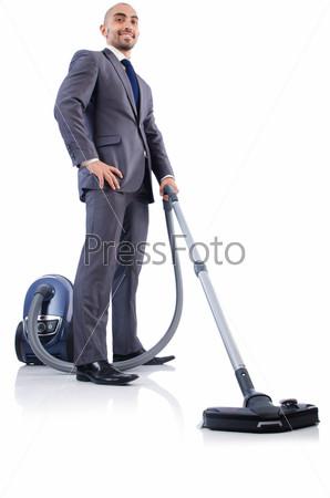 Смешной бизнесмен с пылесосом на белом фоне