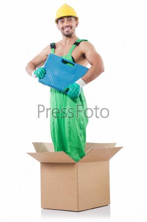 Мужчина в комбинезоне с коробкой