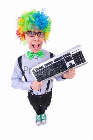 Забавный парень в парике клоуна на белом