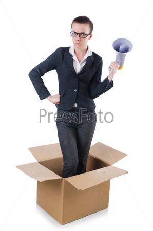 Бизнес-леди с мегафоном в коробке