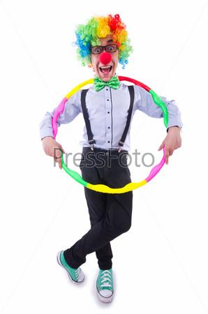 Забавный клоун с обручем на белом фоне