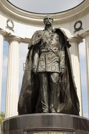 Фотография на тему Памятник императору Александру II в Москве