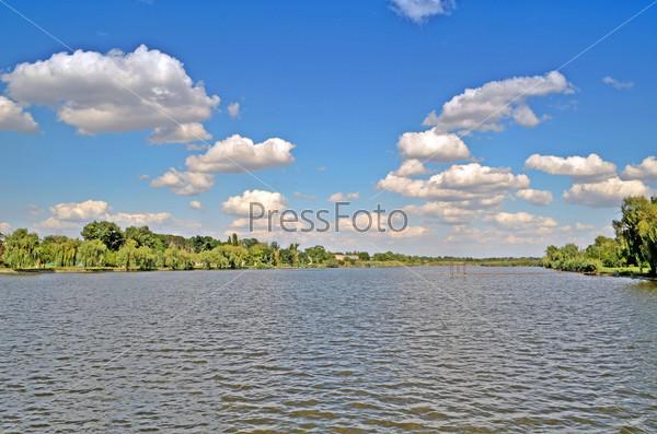 Пейзаж, река и небо с облаками