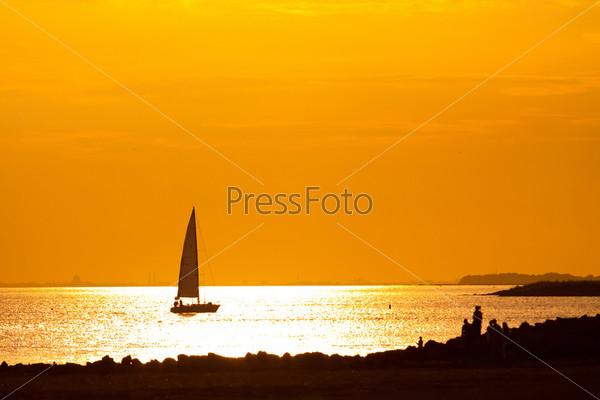 Фотография на тему Яхта на берегу Финского залива