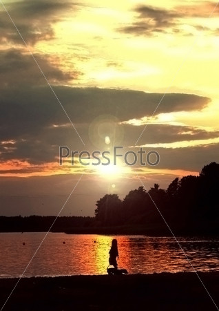 Девочка с собакой на закате солнца