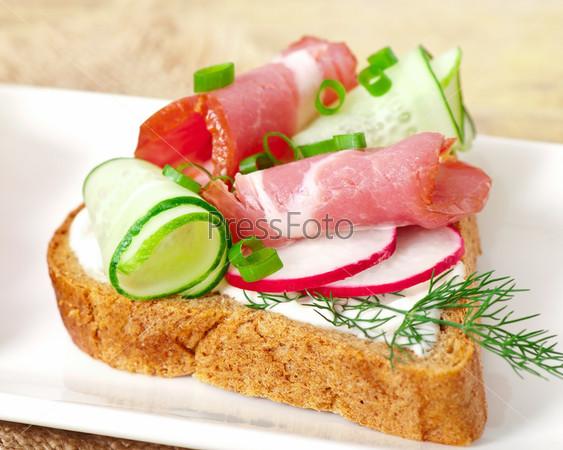 Фотография на тему Сэндвич с ветчиной, огурцами и редисом