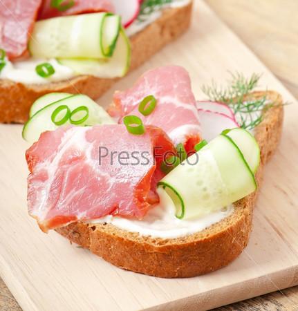 Сэндвич с ветчиной, огурцами и редисом