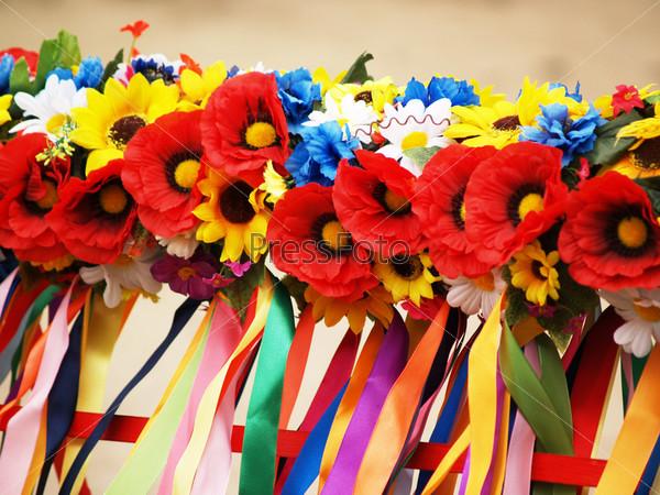 Фотография на тему Национальный венок из цветом и лент