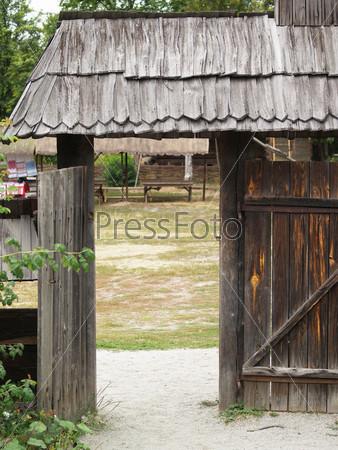 Старые деревянные ворота на фоне природы