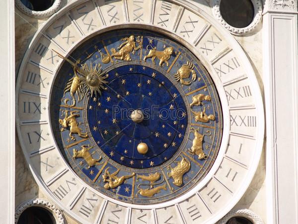 Фотография на тему Старые куранты с золотыми знаками зодиака