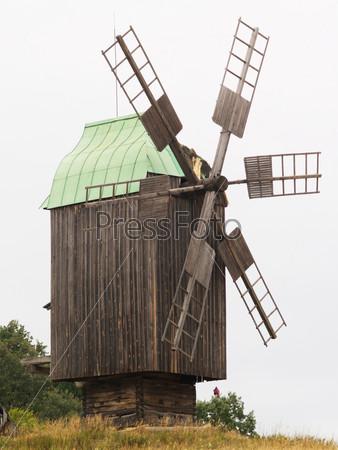 Старая мельница в поле
