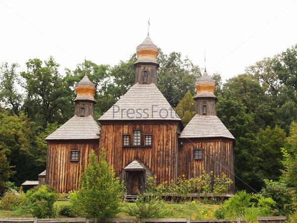 Старая деревянная церковь с деревянными куполами