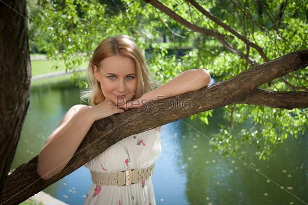 Красивая женщина на фоне листвы