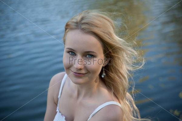Блондинка с голыми плечами
