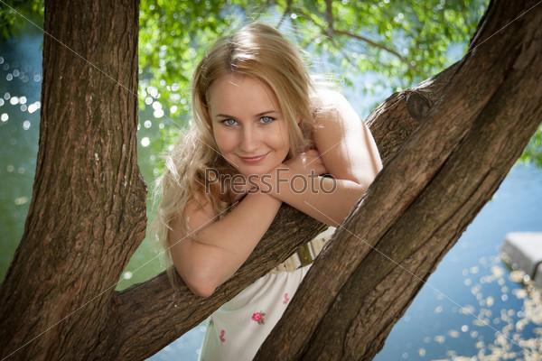 Фотография на тему Красивая женщина на фоне листвы