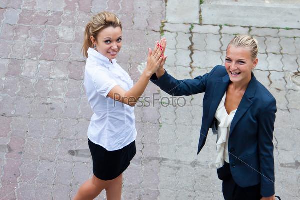 Две молодые, красивые и счастливые деловые женщины