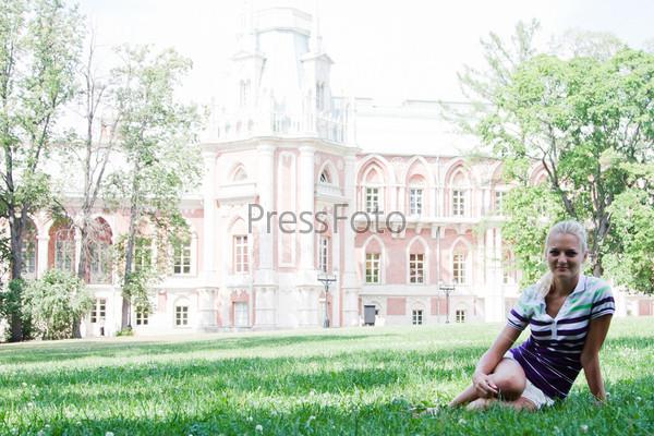 Молодая и красивая женщина отдыхает в парке