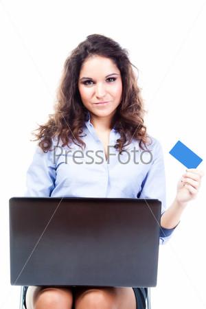 Молодая и красивая женщина делает покупки в интернете по кредитной карте