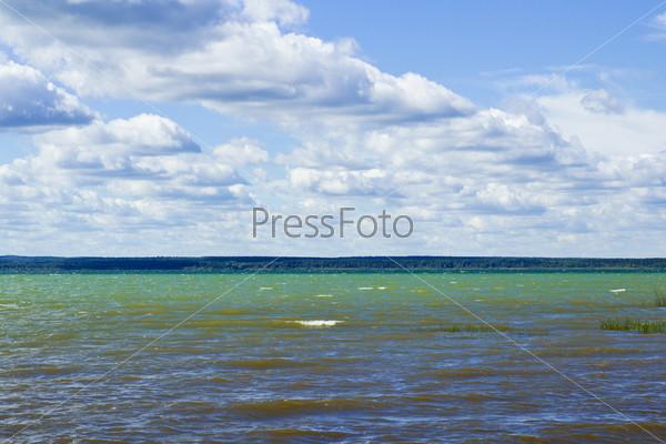 Над озером сгущаются тучи