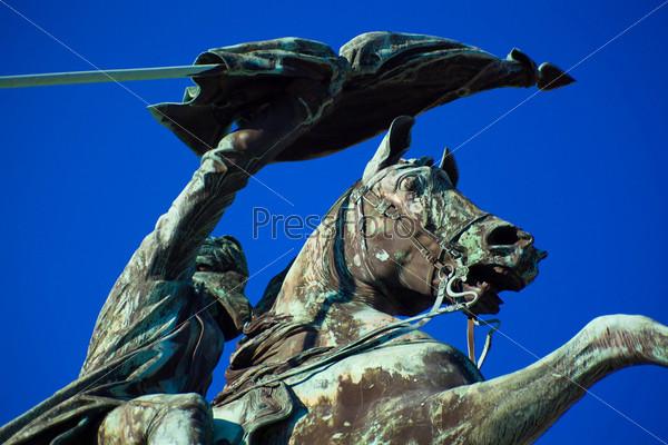 Фотография на тему Скульптура коня и мужчины со знаменем в руках
