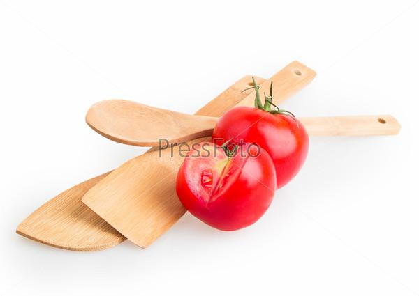 Деревянные ложки и красный помидор