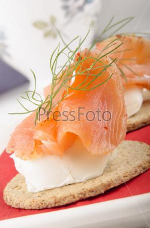 Фотография на тему Овсяные лепешки с сыром и лососем