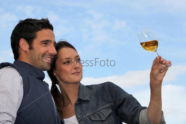 Пара смотрит на бокал вина