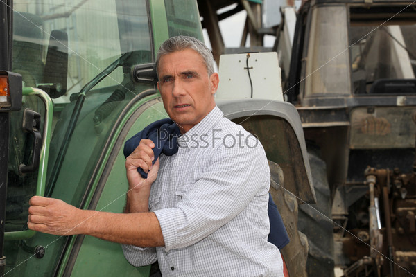 Мужчина с трактором