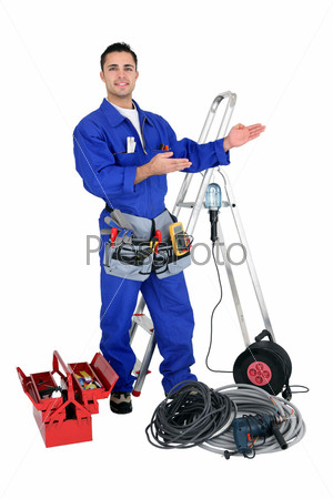 Хорошо оборудованный молодой рабочий