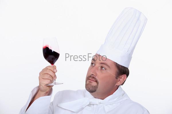 Шеф-повар с бокалом красного вина