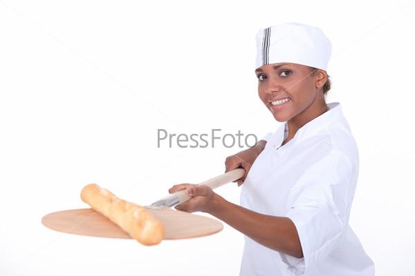 Женщина повар с багетом