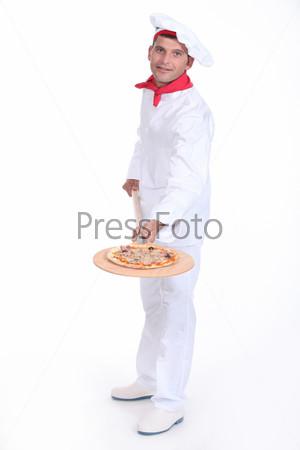 Пиццайоло демонстрирует пиццу