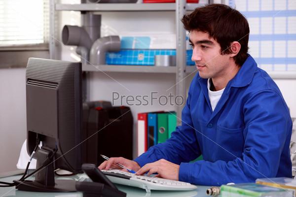 Фотография на тему Сантехник с компьютером