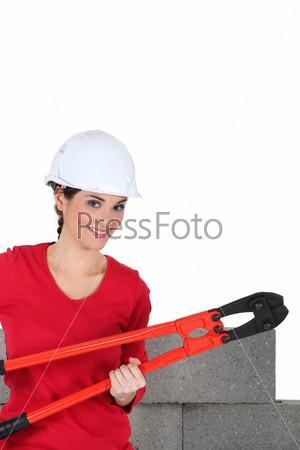 Девушка каменщик позирует с плоскогубцами
