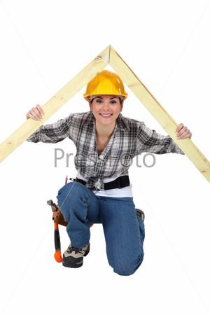 Рабочий с древесиной