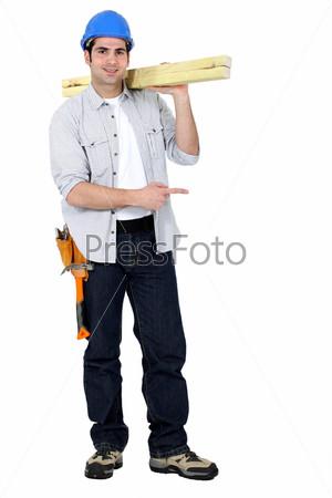 Плотник стоит на белом фоне
