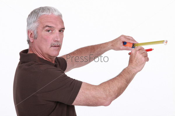 Мужчина с сантиметром