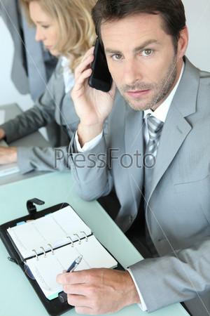 Фотография на тему Бизнесмен с блокнотом
