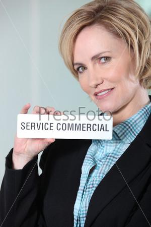 Женщина, держащая знак Service Commercial