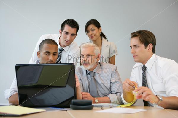Бизнес-группа за компьютером