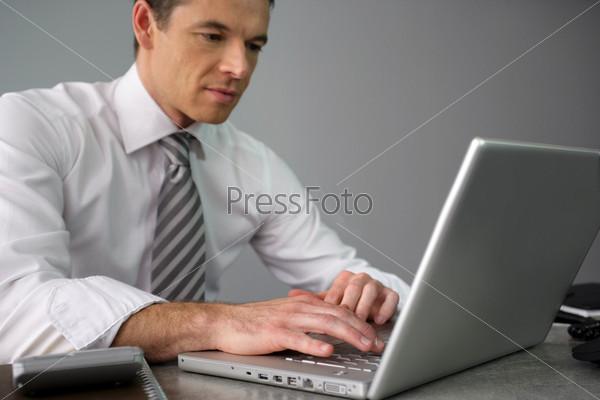 Мужчина работает за столом