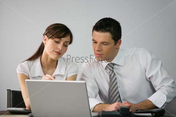 Фотография на тему Деловые люди перед компьютером