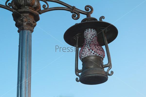 Уличный фонарь в виде старинного светильника